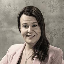 Mira Seppänen kouluttaa Johtamistaidon opisto JTO:ssa työturvallisuusasioita
